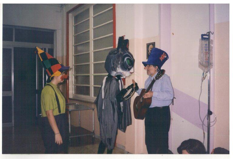 Bari. Cliniche Pediatriche. 2000. Progetto Arterapia. Da sinistra: Elisabetta Puliero, Gatto Mammone, Michele Dragonieri