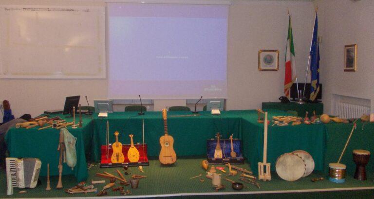 """Bari. Università degli Studi. II Convegno Regionale """"La memoria che vive"""". La mostra degli strumenti di musica popolare"""