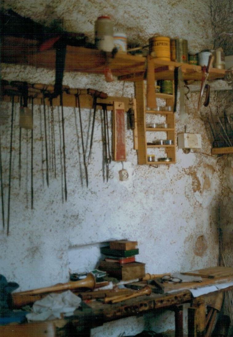SCAPOLI (IS). LUCIANO DI FIORE. COSTRUTTORE DI ZAMPOGNA. 1989. C