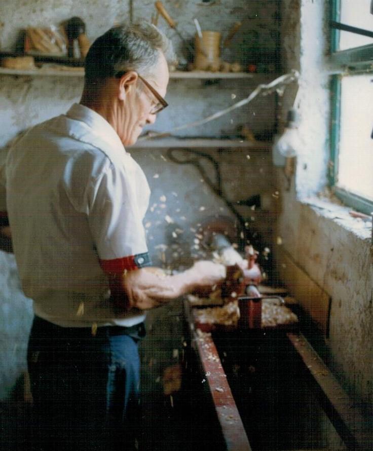 SCAPOLI (IS). LUCIANO DI FIORE. COSTRUTTORE DI ZAMPOGNA. 1989. D