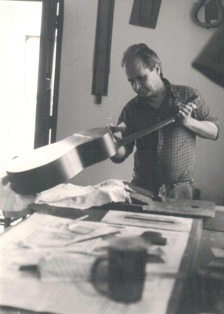 VINCENZO DE BONIS. COSTRUTTORE CHITARRA BATTENTE. BISIGNANO (CS). 1992 D