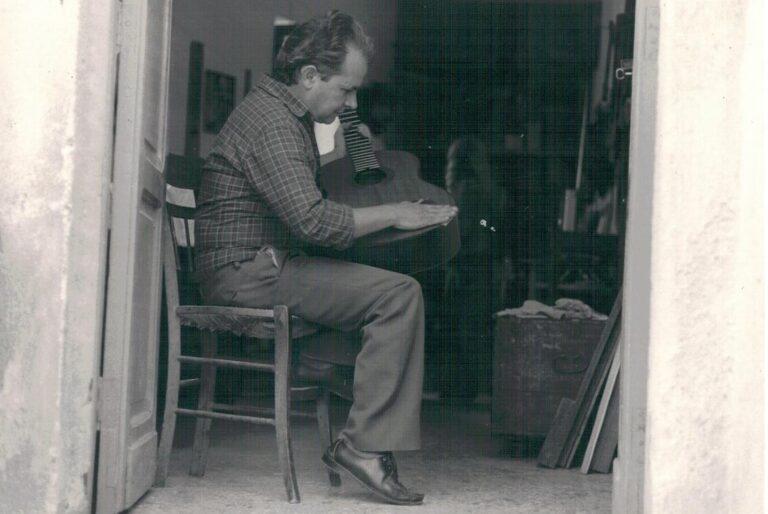 VINCENZO DE BONIS. COSTRUTTORE CHITARRA BATTENTE. BISIGNANO (CS). 1992 E